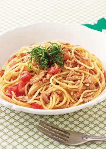 ツナ缶を使った、「トマトとツナのお手軽和風パスタ」のレシピ。家にあるものでササッと作れます。最後に青じそを添えれば見た目も華やかに♪おもてなし料理にもなりそうです。