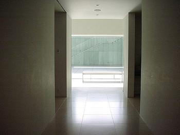 内部の建築もミニマムかつシンプル。光が差し込み、幻想的な雰囲気が広がっています。