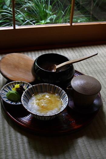 創業四百年の歴史をもつ名料亭のお粥は、まさに絶品の一言!京都のはんなりを食と雰囲気、両面から体感できますよ~♪