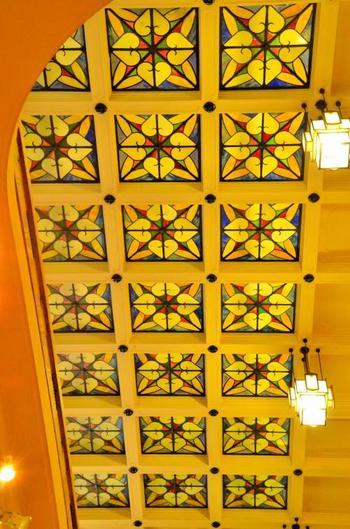 美術館の中は、大理石の柱や手摺り、天井には美しいステンドグラスが…。思わず見入ってしまう内装に、なんだか別世界に来たみたいな感覚に!ゆったりとした時の流れをお楽しみ下さい♪