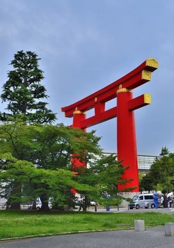 この美術館は素晴らしい展示物のみならず、周辺環境の素晴らしさも大きな魅力です。平安神宮の大鳥居が目の前にあり、歩いて平安神宮へも京都市動物園にも行けてしまいます。オシャレなカフェや有名なお店も多く、美術館プラスでたくさん楽しめる要素があるんです!