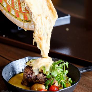 人気はこちらのラクレットチーズのグリルプレート。とろとろに溶けたチーズを、野菜やお肉にかけて頂きます*フランス産の上質なラクレットチーズは、濃厚でもったりとした深い味わいです。