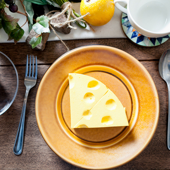 お料理だけでなく、チーズケーキやパンケーキなどのデザートも絶品です。まるでイラストで描いたようなチーズに見えるこちらは、自家製のフレッシュチーズで作ったレアチーズケーキなんですよ♪