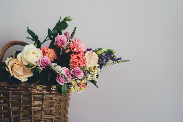 ざっくりとおおらかに花をいけることができるカゴもおすすめ。もちろん、カゴの中にはもうひとつ花器を入れてくださいね。