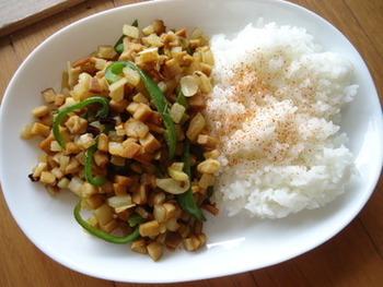 ガパオライスも高野豆腐を使えばヘルシーメニューに変身!鶏肉を高野豆腐に置き換えています。大根も加えて、変化のある食感に。