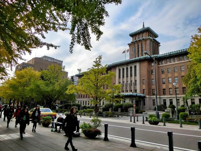 鉄筋コンクリート造り地上5階地下1階建ての建物は、クラシックでありながら細部には幾何学的なデザインが施され、洋風建築に瓦屋根を載せた昭和初期に流行した帝冠様式建築の代表格となっています。