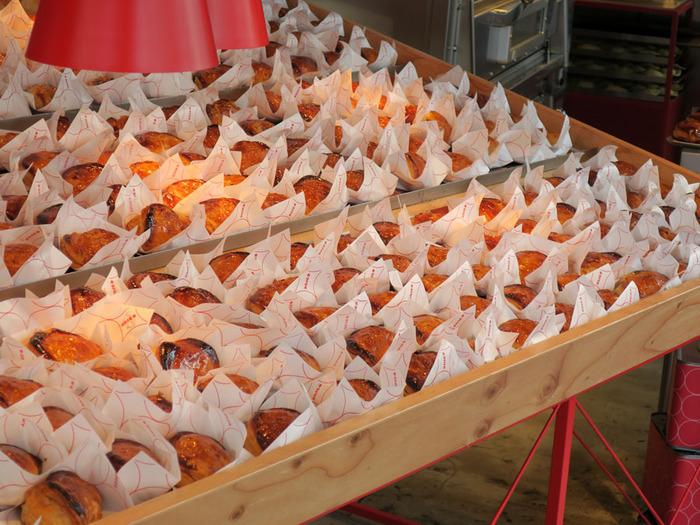 お店はテイクアウトのみ。焼きたての美味しそうなカスタードアップルパイが所狭しと並んでいます。