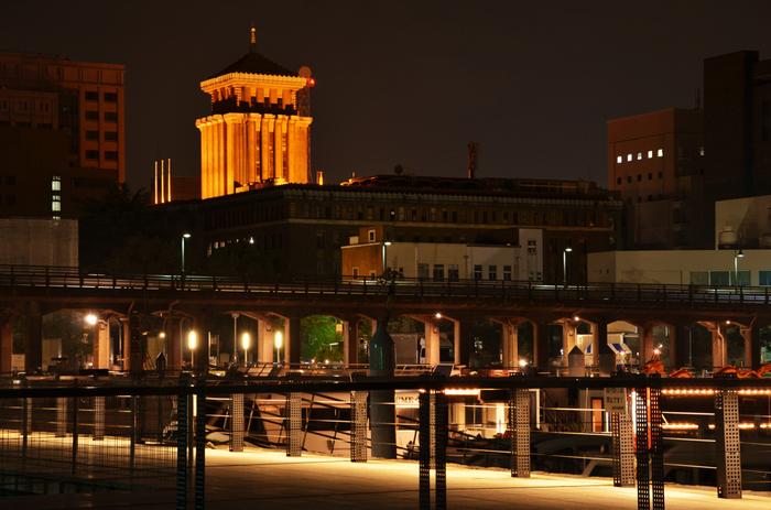 象の鼻公園側から見た県庁。中央部には五重塔をモチーフとしたとされる県庁のシンボル「キングの塔」が。重厚で風格ある姿は圧巻です!