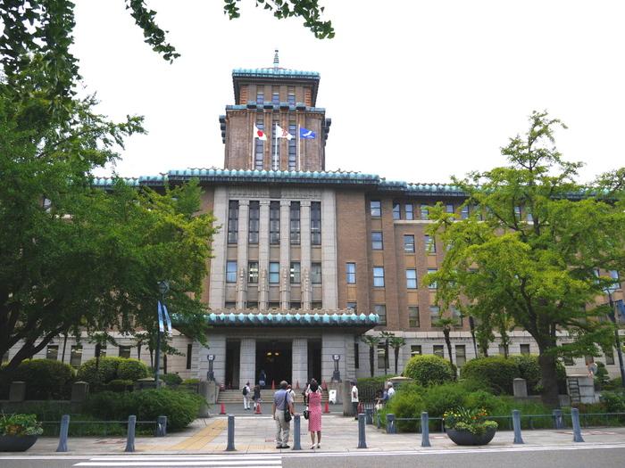 1928年に竣工された、神奈川県庁本庁舎。横浜税関の「クイーン」、横浜市開港記念会館の「ジャック」とともに、県庁を「キング」とし、「横浜三塔」として親しまれています。関東大震災後に4代目の神奈川県庁舎として建てられ、登録有名文化財となっている横浜を代表する近代建築のひとつ。知事が執務する都道府県庁舎の中では、大阪府庁本館に次いで2番目に古い建物となっています。