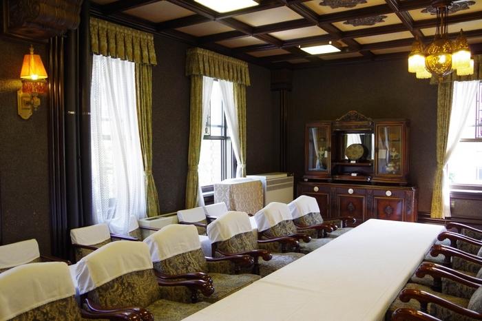 本庁舎公開時には、県庁の中の一部を見ることができます。こちらは、貴賓室。この貴賓室を始め、旧議場や扉の外からの知事の執務室、キングの塔が間近で見れる屋上などを見学することができます。幾何学的なアール・デコ装飾と和風が調和した玄関ホールも必見。
