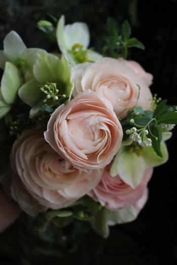 絹のように柔らかくすべすべした花びらが幾重にも重なって、ブーケの主役にピッタリ。花言葉を知ったら、贈られたひともとてもうれしいはず(^-^)