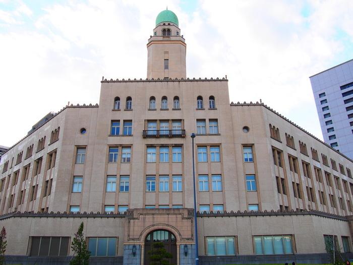 1934年竣工の横浜税関本関庁舎。宮城県、福島県、茨城県、栃木県、千葉県(東京税関の管轄域を除く)神奈川県を管轄とする税関です。建物はイスラム寺院を想わせるような緑青色のドームが印象的で、横浜市認定歴史的建造物に指定されています。
