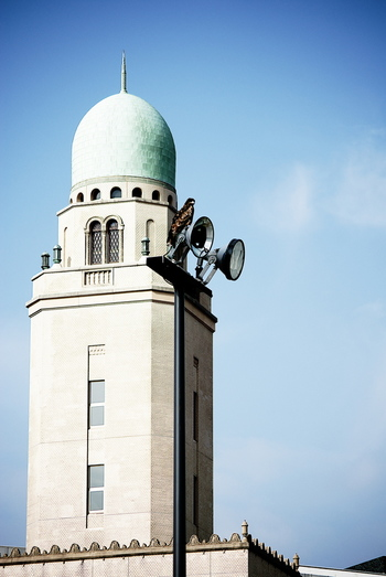 横浜三塔の中で一番背が高い横浜税関。ロマネスク様式を取り入れた緑青色のドームが特徴の、高さ51メートルの建物は、気品のある優美な姿で横浜港を見おろしています。まさに女王らしい風格で、「クイーン」という愛称がぴったり!