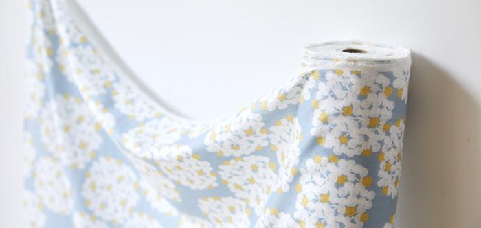 北海道の作家、岡理恵子さんデザインの「フロート」というタイトルのガーゼ生地。柔らかい色合いと可愛らしい模様は、子どもにぴったりです。
