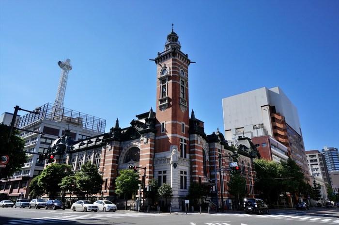 1917年竣工の横浜市開港記念会館。横浜開港50周年を記念して、レンガと花崗岩で建設され、現在は国の重要文化財に指定されています。創建当時の姿を保ったまま現役の公会堂として使われており、大阪市中央公会堂とともに大正期二大公会堂建築のひとつに数えら、来年開館100周年を迎えます。