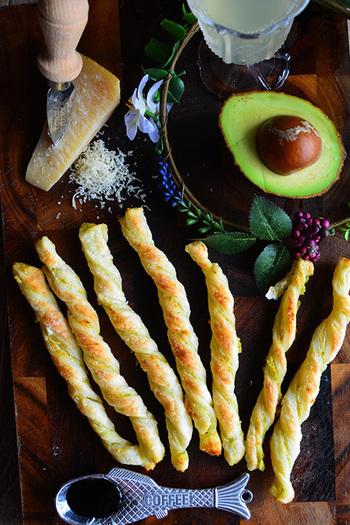 軽い口当たりのスパークリングワインとの相性抜群のおつまみパイ。チーズとアボカドのクリーミーさとパイのサクサク感が口の中で踊ります♪