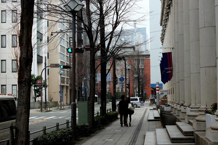 正面の1階から2階部分にはまっすぐに貫く16本の列柱が並び、古代ギリシア建築における建築様式の姿を間近で見られるのは横浜随一!日本にいるとは思えないような荘厳さです。