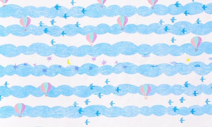 春夏の服にぴったりの爽やかなカラーと、のびのびとした空の柄の生地です。ブルーとピンクの2色展開なので、きょうだいでお揃いの服や小物を作ってもいいですね。