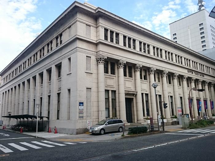 白い石造りの建物は、明治から昭和初期にかけて日本各地の銀行にも採用された様式で、横浜を代表する洋風建築物となっています。