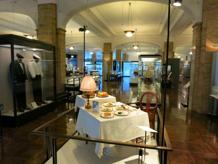 館内は、明治以降、人・物・文化を運んだ船が日本から世界に向けて航路を延ばしていった歴史を展示しています。天井やカウンター、照明器具などが竣工当時のものに復元され、大理石や漆喰の壁などをふんだんに取り入れた豪華な装飾がされています。