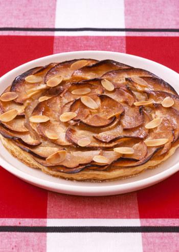 食べやすいピザ型のアップルパイ。粉砂糖とアーモンドは最後にプラスして軽く焼き上げ、香ばしさを残しましょう♪