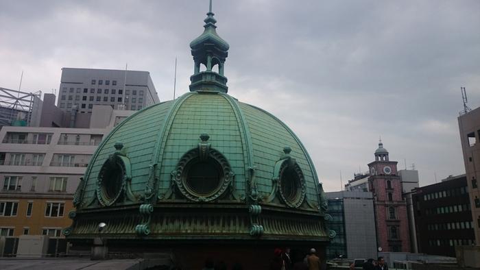 屋上には印象的な巨大ドームがあり、建物のシンボルとなっています。ドームは関東大震災で一度焼失したものの、県立博物館の施設とするため、1967年に忠実に復元されました。年に数回ある一般公開日には、ドームの中に入って見学することができます。