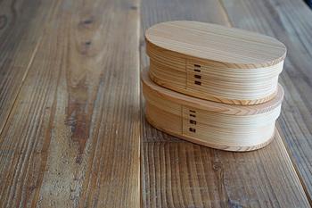 秋田大館工芸社の「小判弁当箱(中)」。蓋を開けた時にほのかに杉の香りが広がって、お弁当の美味しさを一層引き立ててくれます。軽くて丈夫、そしてお弁当の水分を調整して美味しさを保ってくれますよ。