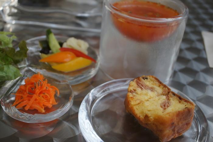 ぽっこり優しいテイストの素敵なガラスの器は、全て菅原硝子のもの。スープが入った器、とっても美しいですよね。