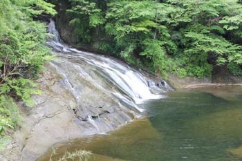 滑り台のような緩やかな流れが、約100メートルも続いている粟又の滝。新緑を感じながら眺めていると、時間を忘れてしまいそうです。