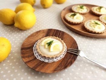 タルトクリームには豆乳カスタードを。皮もすりおろして使うのにはやはり無農薬のレモンがおすすめ。レモンのさわやかな香りいっぱいのタルトです。
