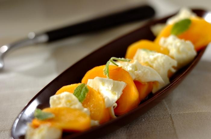 桃と同じように甘いフルーツ・柿。  桃が店頭からなくなったら、旬の柿を使って作ってみては?