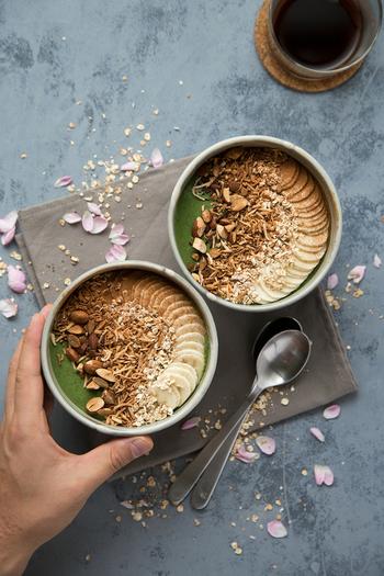 ヴィーガンの朝食といえばスムージーボウル。インスタグラムのおしゃれなスムージーボウルの画像もたくさんありますよね。きれいにできたらみんなにシェアしたくなります!