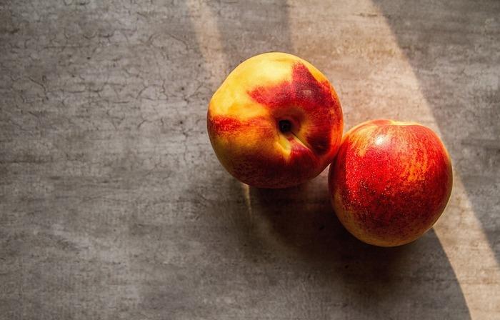 早速、桃モッツァレラを作ってみましょう。 材料は、桃、モッツァレラチーズ、レモンの皮、白ワインビネガー、オリーブオイル、塩、胡椒です。