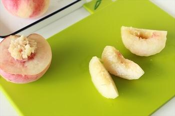 桃の皮を向き、適当な大きさに切ります。 桃は色が変わりやすいので、ソースと絡める直前に切るのがよいと思います。