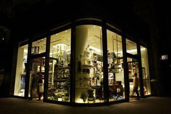 丸の内ブリックスクエアの1階にある丸の内店は、スタイリッシュな雰囲気。