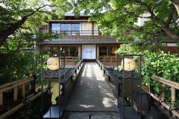 京都・白川南通沿いにひっそりと佇む、京都祇園店。築120年以上も経つ京町家をリデザインした、まさに『PASS THE BATON』の世界観をそのまま表現したかのようなお店。