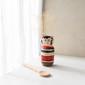 国も時代もミックスされた、どこのものともつかない世界をつくる陶芸家、増田光さんの作品。増田さんの手にかかれば、花器もこんなにユニークでチャーミングに!