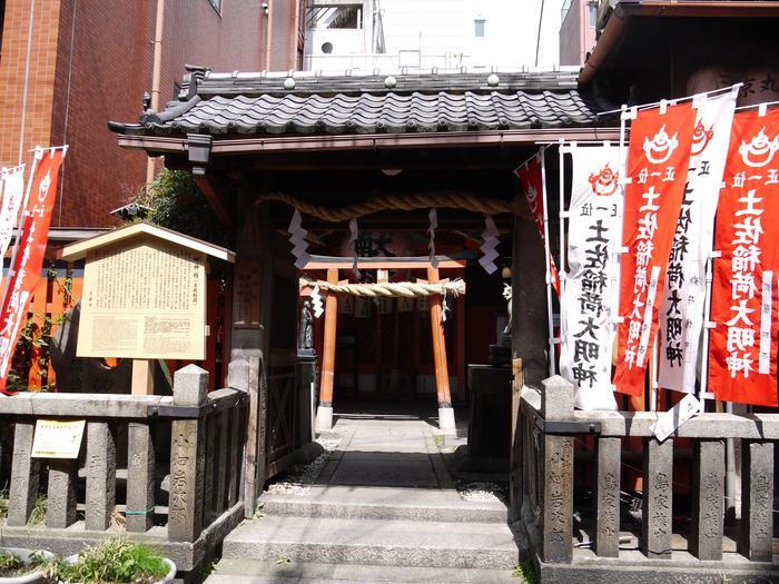 路地の斜め向かい側にある岬神社。「この路地、入って大丈夫かな?」と思うくらい、夜は暗くて細い路地なので、この神社を目指して場所を探してみて下さい。