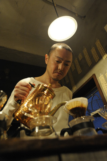 お店の外まで珈琲の良い香りが漂ってくる理由はコレ!一杯一杯丁寧にドリップで抽出される香り豊かな珈琲が、一日の疲れを癒してくれます。