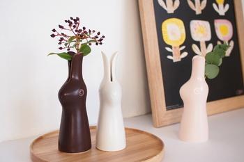 こちらは鹿児島睦さんのうさぎ型の花器。なめらかなラインが優しい一輪挿しは、そのままオブジェにしても素敵ですね。