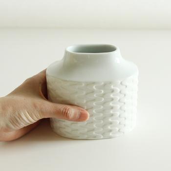 こちらは白山陶器から。ターンという柄が白磁のもつ優しさに浮かびます。どんな花も許容してくれそうなおおらかさが白磁らしい花器です。