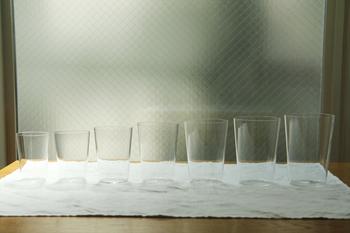 水を注ぐいで美しい木村硝子店の「コンパクト Mタンブラー」。使い勝手の良いコップは、花器として使っても素敵です。