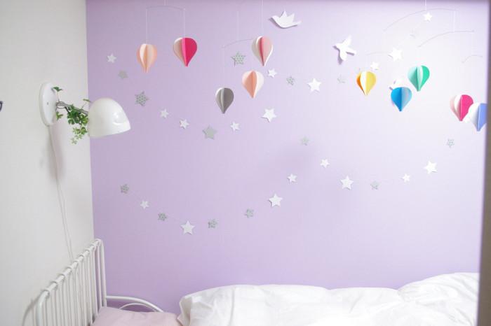 空気の動きによってモチーフがゆらゆらと揺れるオブジェ「モビール」。気球や鳥、動物など・・・お気に入りのモチーフを眺めながら眠りについたら素敵な夢が見られるかもしれません。  可愛らしいモチーフに浮かぶ景色は、インテリアとしてもおしゃれ♪