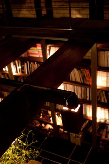 店内は天井高くまで本棚が設置され、本や雑誌特有の匂いが感じられる空間。 日中は自然光が差し込む明るい店内ですが、夕方からは間接照明だけの落ち着いた雰囲気に変わります。 カフェはもちろん、カクテルも楽しめるお店です。