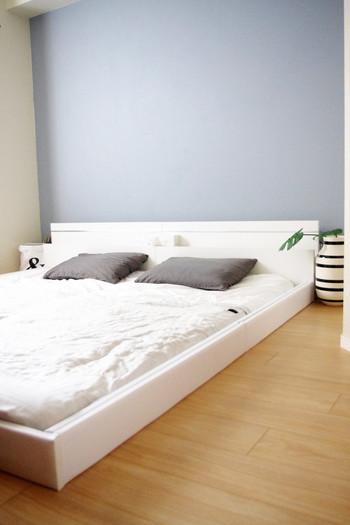 ベッドの上など、寝室の壁は殺風景になりがち。この大きな壁面スペースを活かして、お気に入りの寝室にしてみませんか?