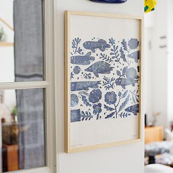 素朴で可愛らしい図案が人気の鹿児島睦(かごしままこと)さんのポスター。ほっこりと心が落ち着いてきますね。  布団カバーなどベッド周りのファブリックがシンプルなら、ぱっと明るい色味のポスターもいいかも◎