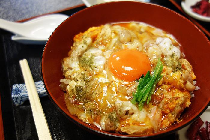 オレンジの宝石のように輝く有精卵を混ぜながら食べると、おいしすぎて感動すること間違いなしです。京都が誇る絶品親子丼を楽しんでみてくださいね♪