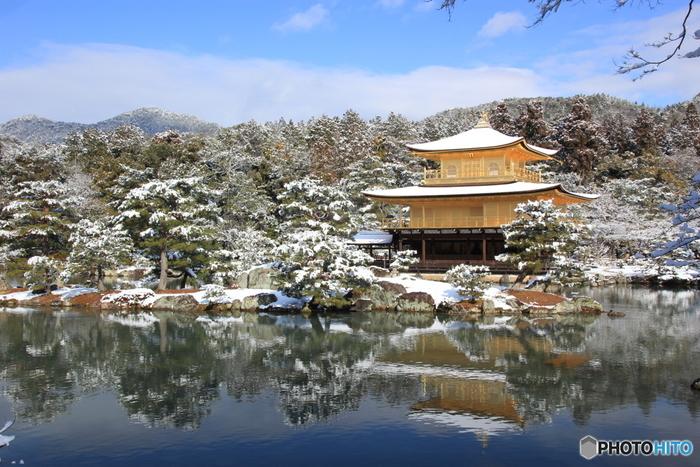 やっぱり京都の冬景色と言えば『金閣寺』は欠かせませんよね!池が凍っている風景を観られたらラッキーかも!