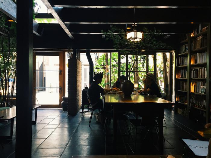 木の温もりを感じるテーブルは大きく、本を広げてゆったりと寛ぐことができます。