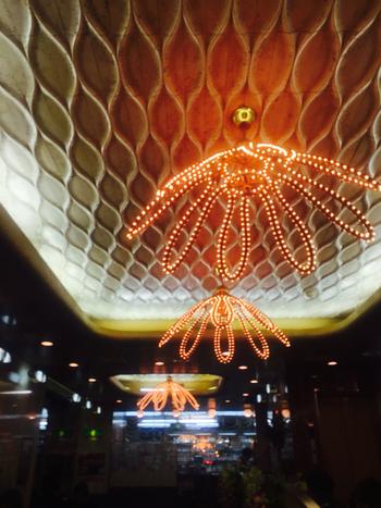 1階の天井には、バブルを思わせるオレンジの装飾が今でも健在。店内の隅々までチェックしたくなります。